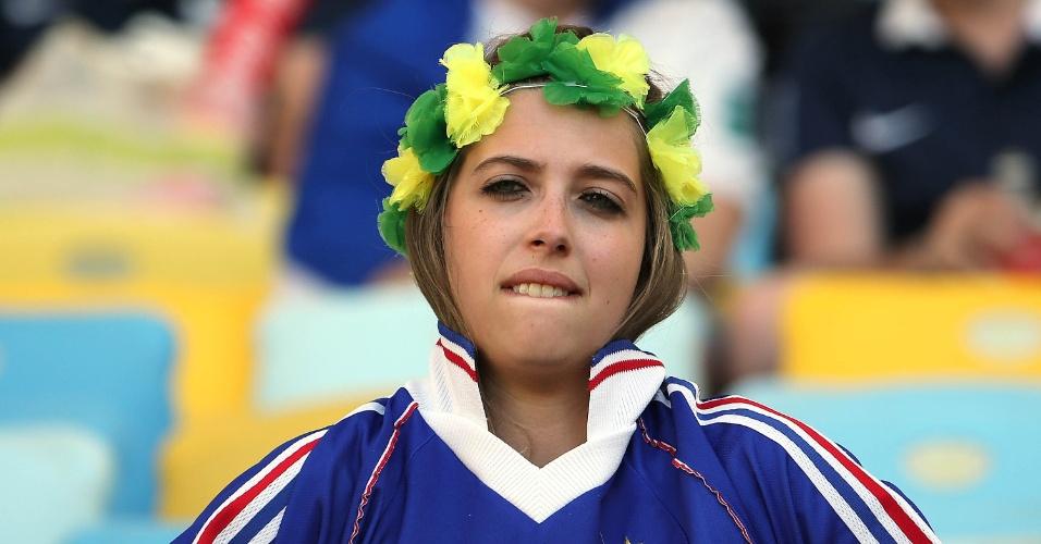 25.jun.2014 - Torcedora vesta camisa da França no Maracanã, antes do jogo contra o Equador