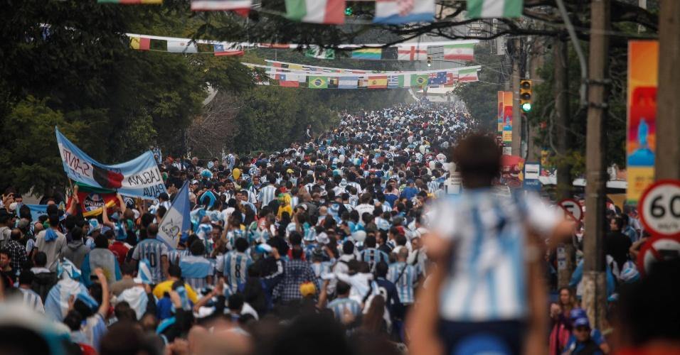 Torcedores argentinos andam pelas ruas de Porto Alegre com destino ao Beira-Rio