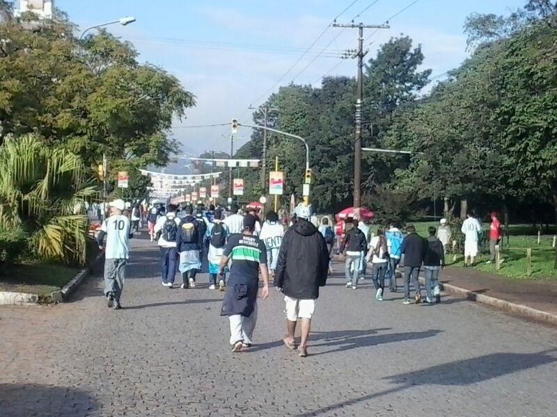 Torcedores argentinos caminham em direção ao Beira-Rio, onde a Argentina enfrenta a Nigéria