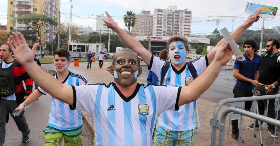 Torcedores argentinos festejam a chegada da seleção no Beira-Rio