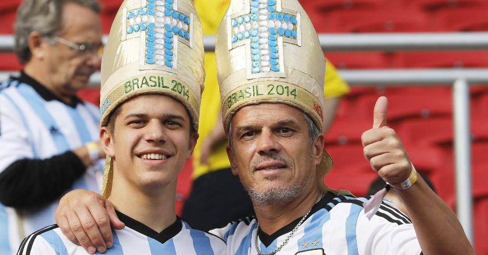 """Torcedores argentinos usam """"mitra papal"""" antes do duelo contra a Nigéria em Porto Alegre"""