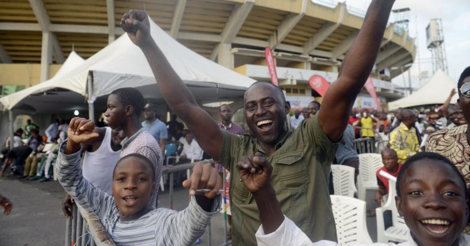 Torcedores comemoram gol da Nigéria na partida contra a Argentina em Lagos. Apesar da derrota, os africanos avançaram às oitavas de final