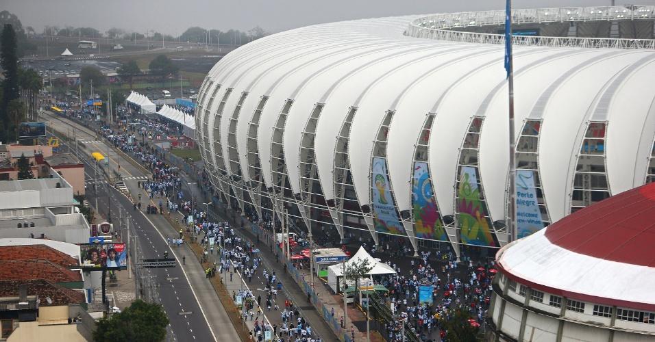 Torcedores da Argentina caminham em direção ao Beira-Rio para partida contrra a Nigéria