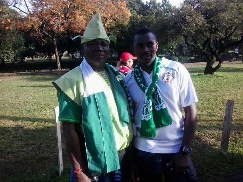 Torcedores da Nigéria se preparam para o jogo contra a Argentina em Porto Alegre