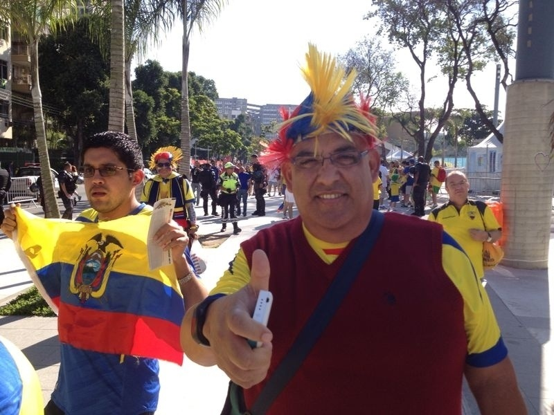 25.jun.2014 - Torcedores do Equador fazem festa na região do Maracanã, antes do jogo contra a França