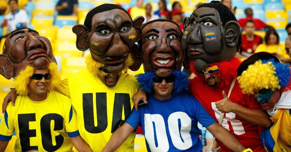 Torcedores do Equador usam máscaras gigantes na arquibancada do Maracanã