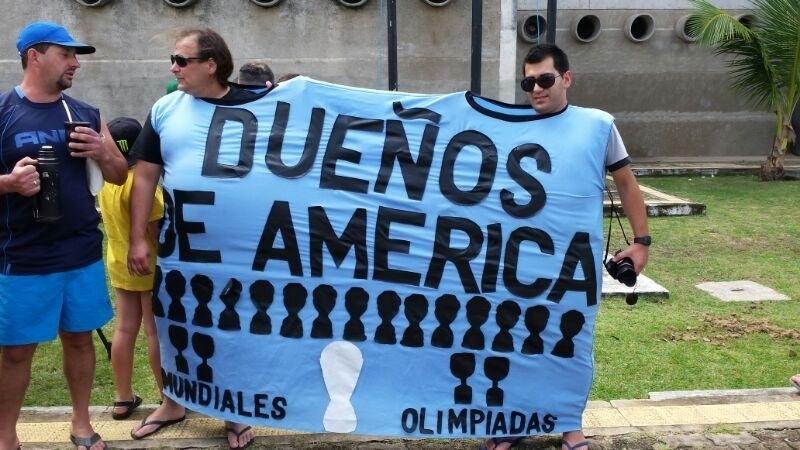 """Torcedores do Uruguai vão ao estádio Frasqueirão para assistirem ao treino da seleção e aproveitam para brincar: """"Os donos da América"""""""