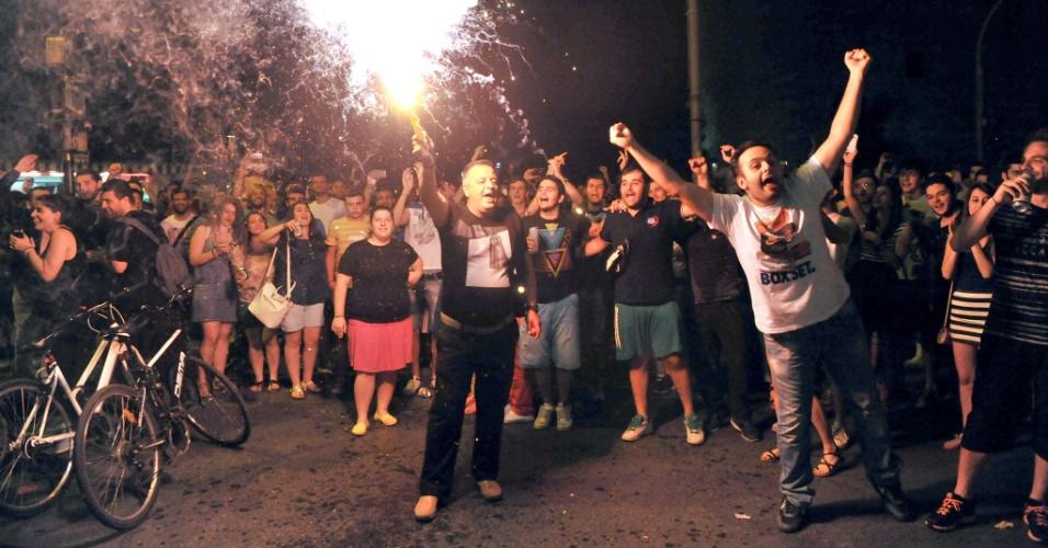Torcedores 'enlouquecem' em Thessaloniki após a Grécia conseguir classificação inédita para as oitavas de final da Copa do Mundo