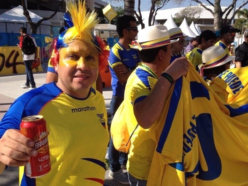 25.jun.2014 - Torcedores equatorianos chegam ao Maracanã para a partida contra a França