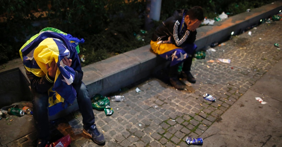 Torcedores ficam desolados numa rua de Sarajevo após a eliminação da Bósnia