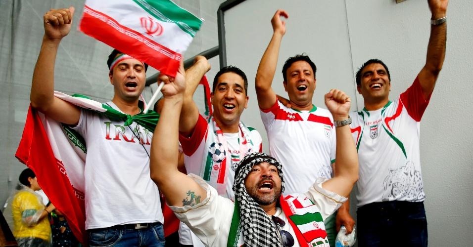 Torcedores mostram apoio ao Irã a caminho da Arena Fonte Nova, palco do duelo com a Bósnia