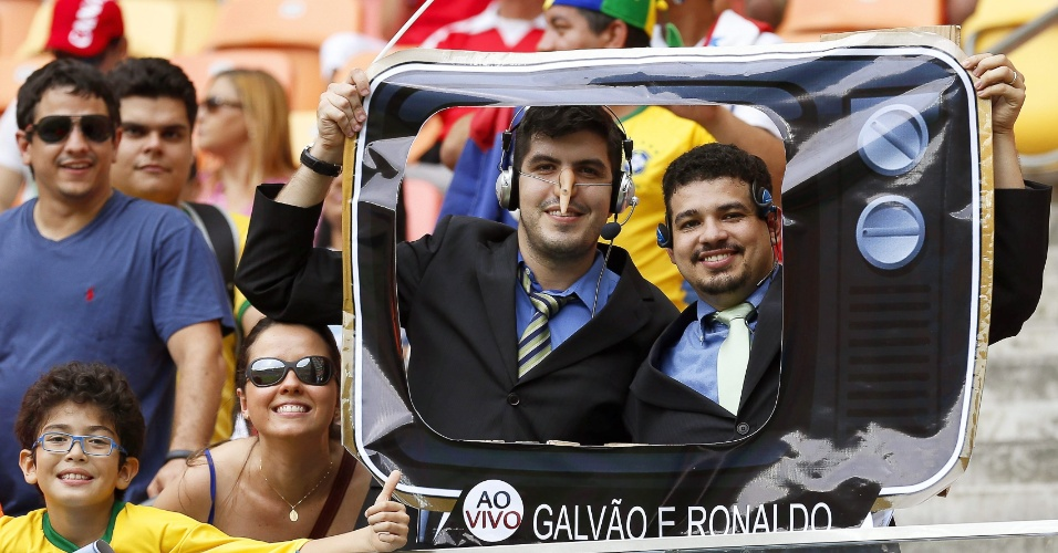Torcedores se fantasiam de Galvão Bueno e Ronaldo Fenômeno em uma TV para assistir Honduras e Suiça, em Manaus