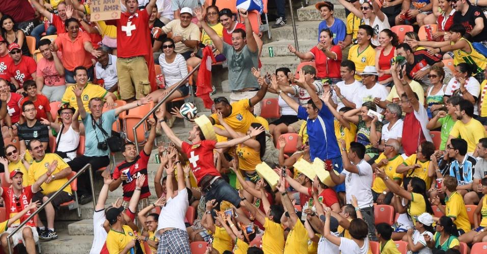 Torcedores tentam pegar bola na arquibancada durante partida entre Suiça e Honduras na Arena Amazônia