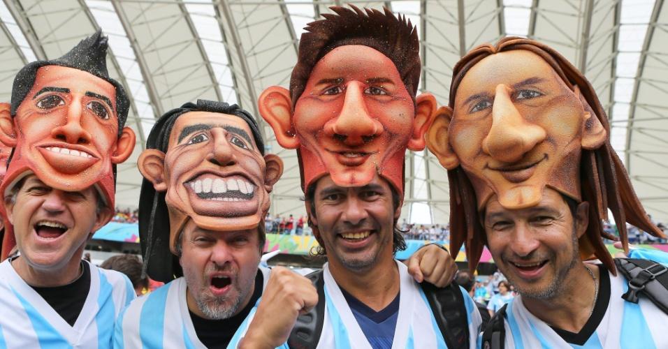 Torcedores vestem máscaras de jogadores da seleção da Argentina antes de partida contra a Nigéria