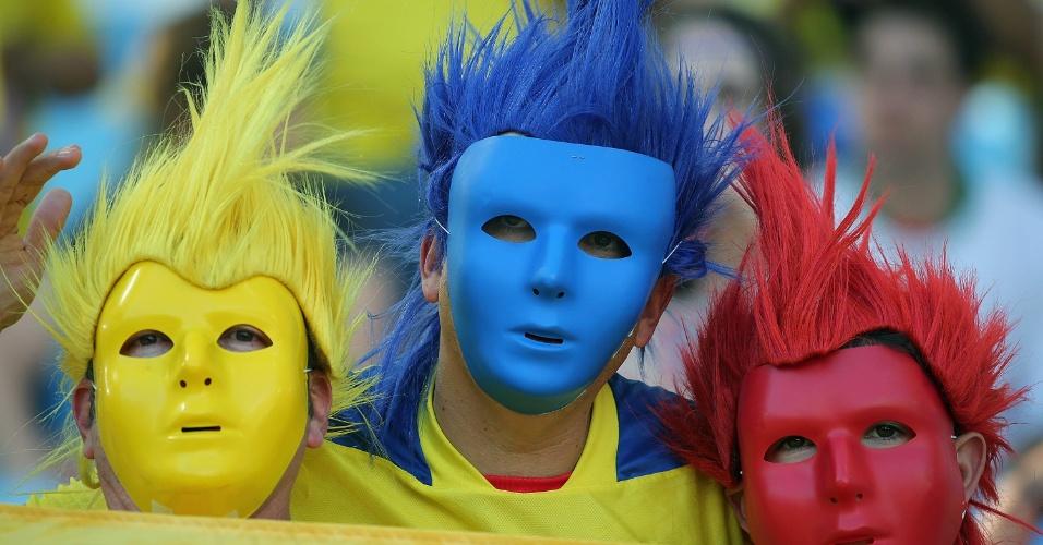 Torcida equatoriana usa máscaras e perucas para mostrar a paixão pelo país antes do jogo contra a França