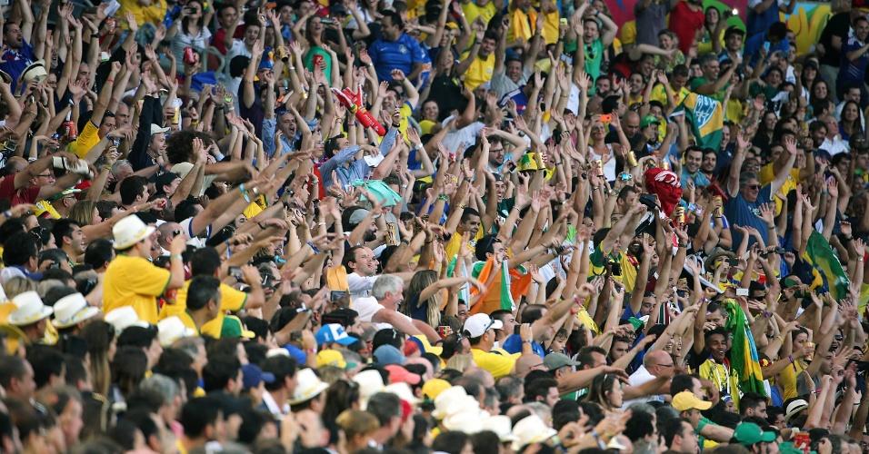 """25.jun.2014 - Torcida faz a tradicional """"ola"""" durante a partida entre Equador e França, no Maracanã"""