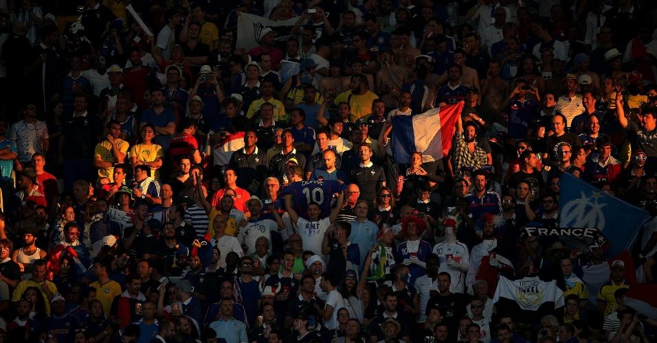 25.jun.2014 - Torcida francesa faz festa dentro do Maracanã antes da partida contra o Equador