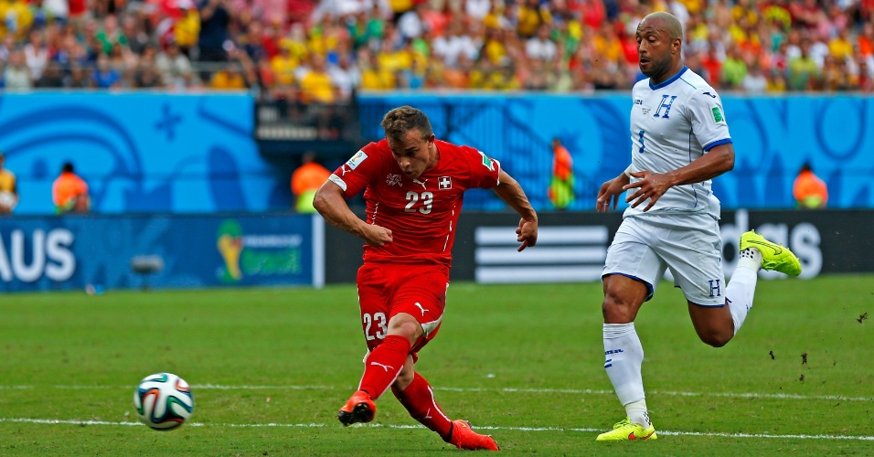Xherdan Shaqiri chuta para marcar o segundo gol da Suiça contra Honduras, na Arena Amazônia