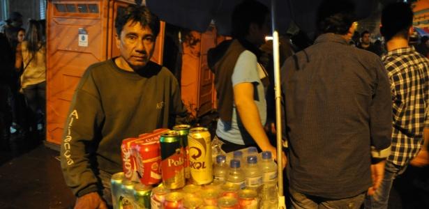 O ambulante Ricardo Correa comemora as vendas com gringos em Porto Alegre durante a Copa do Mundo