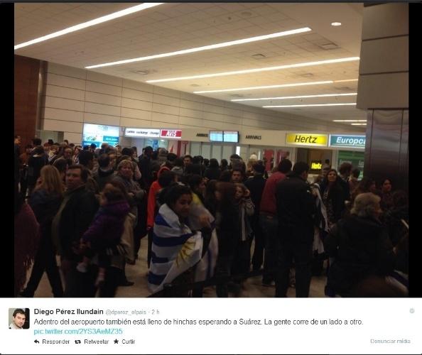 26.jun.2014 - Saguão do Aeroporto Carrasco fica lotado de torcedores que aguardam a chegada de Luis Suárez