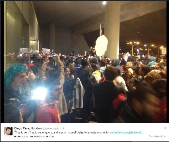 26.jun.2014 - Centenas de torcedores uruguaios se reúnem no Aeroporto Carrasco para aguardar a chegada de Luis Suárez