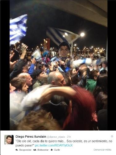 26.jun.2014 - Uruguaios fazem festa no aeroporto internacional de Montevidéu para receber o atacante Luis Suárez