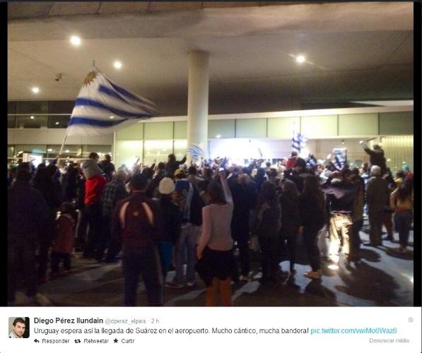 26.jun.2014 - Aeroporto Carrasco, em Montevidéu, recebe centenas de torcedores que aguardam a chegada de Luis Suárez