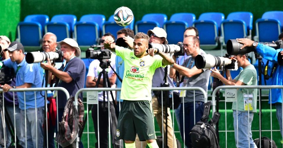26.jun.2014 - Ao lado de fotógrafos, Daniel Alves cobra lateral durante treino da seleção brasileira