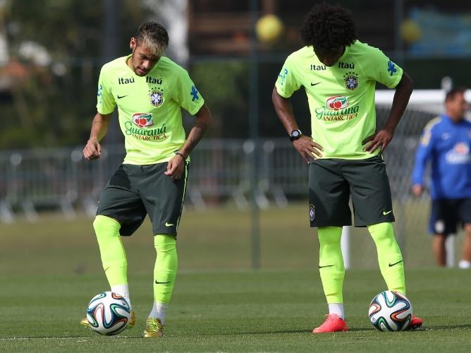 26.jun.2014 - Ao lado de Willian, Neymar domina a bola durante atividade com bola no treino da seleção brasileira em Teresópolis