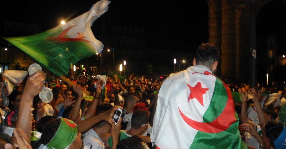 26.jun.2014 - Argelinos comemoram classificação na Copa do Mundo pelas ruas da cidade francesa de Bordeaux