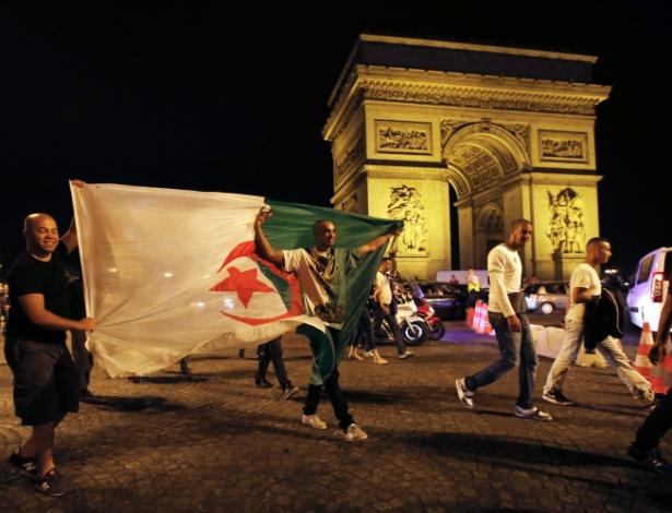 Argelinos comemoram classificação para as oitavas da Copa em frente ao Arco do Triunfo, em Paris