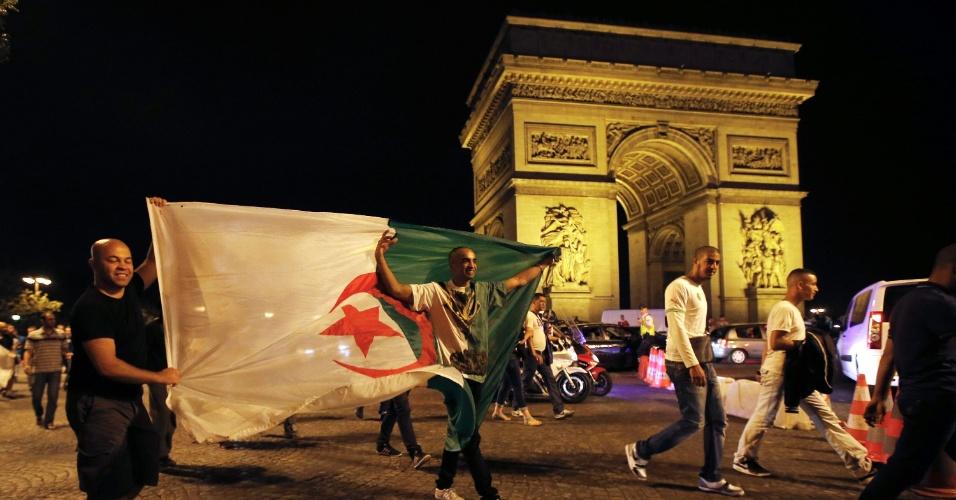 26.jun.2014 - Argelinos comemoram classificação para as oitavas da Copa em frente ao Arco do Triunfo, em Paris