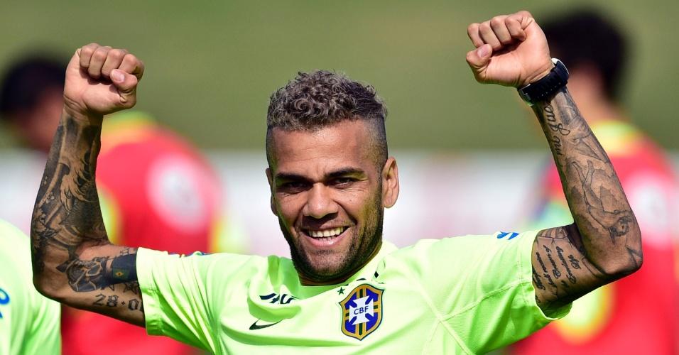 26.jun.2014 - Daniel Alves vibra durante coletivo no treino da seleção brasileira na Granja Comary, em Teresópolis