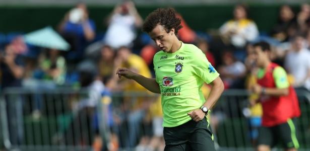 David Luiz carrega a bola durante jogo coletivo no treino da seleção brasileira em Teresópolis