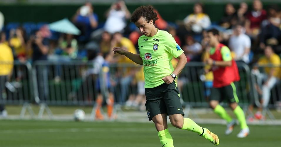 26.jun.2014 - David Luiz carrega a bola durante jogo coletivo no treino da seleção brasileira em Teresópolis