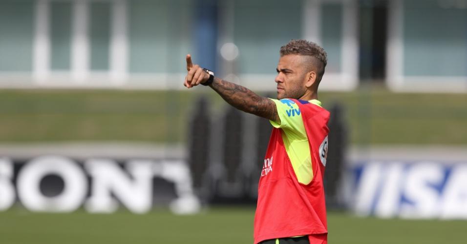 26.jun.2014 - De colete, Daniel Alves joga com time reserva em coletivo da seleção brasileira na Granja Comary