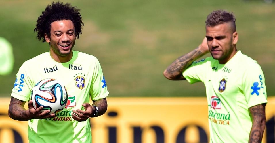26.jun.2014 - Dupla de laterais da seleção, Marcelo e Daniel Alves durante treino na Granja Comary