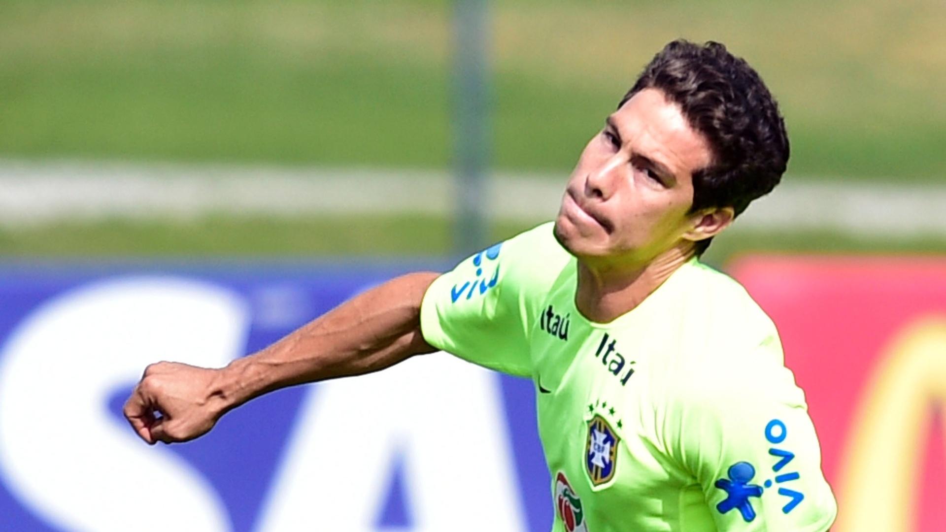 26.jun.2014 - Hernanes corre atrás da bola durante treino da seleção brasileira na Granja Comary, em Teresópolis