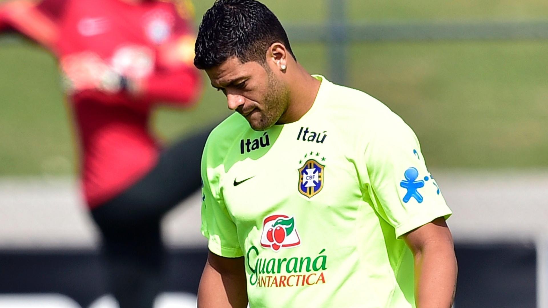 26.jun.2014 - Hulk treina domínio de bola durante treino da seleção brasileira em Teresópolis