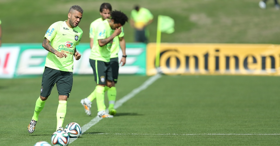 26.jun.2014 - Jogadores da seleção brasileira realizam trabalho com bola no último treino na Granja Comary antes da viagem para Belo Horizonte