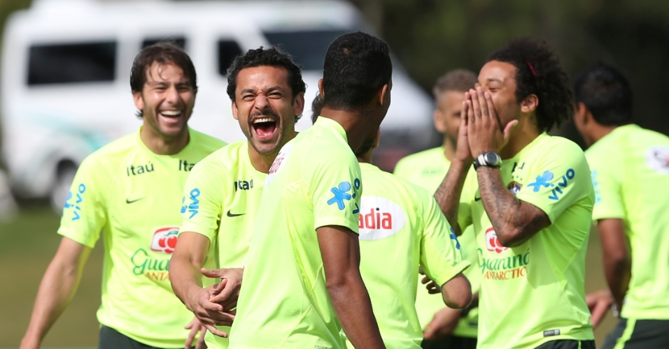 26.jun.2014 - Jogadores da seleção brasileira se divertem durante treino na Granja Comary, o último antes da viagem para Belo Horizonte