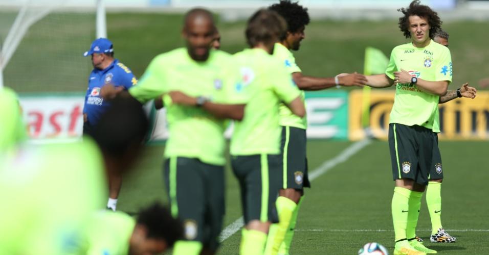 26.jun.2014 - Jogadores da seleção realizam trabalho de aquecimento durante treino na Granja Comary, em Teresópolis