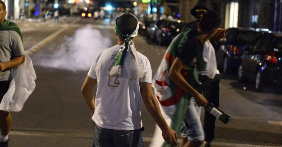 26.jun.2014 - Nas ruas da cidade francesa de Lyon, festa de torcedores argelinos se transforma em confusão