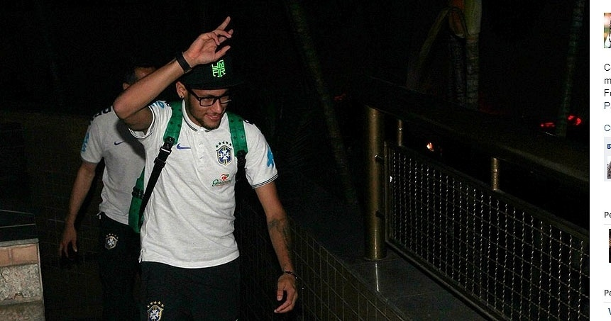 26.jun.2014 - Neymar acena para a torcida na chegada da seleção a Belo Horizonte