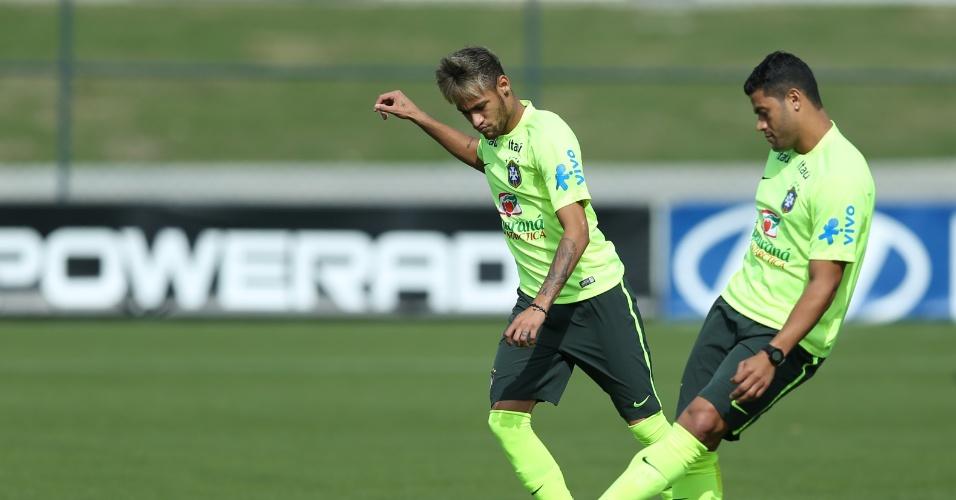 26.jun.2014 - Neymar e Hulk treinam passes durante atividade da seleção brasileira na Granja Comary, em Teresópolis