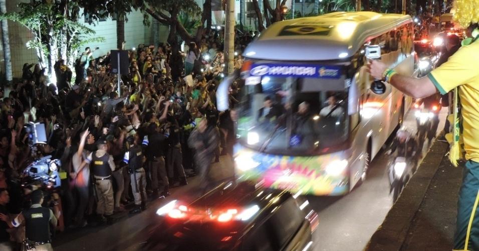 26.jun.2014 - Ônibus da seleção brasileira chega a hotel em Belo Horizonte