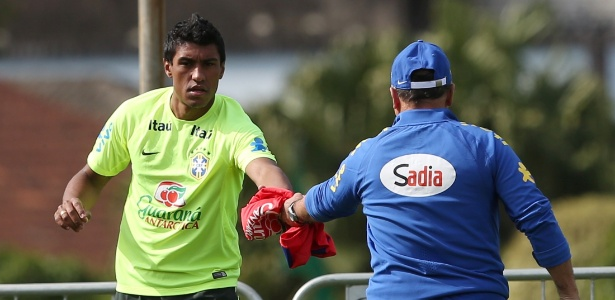 Paulinho recebe o colete para treinar entre os reservas. O volante pode perder a vaga para Fernandinho