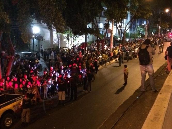 26.jun.2014 - Quase duas mil pessoas acompanharam a chegada da seleção ao hotel em Belo Horizonte