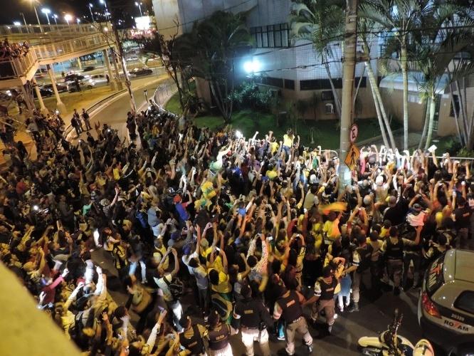26.jun.2014 - Seleção brasileira chega a Belo Horizonte com recepção calorosa da torcida