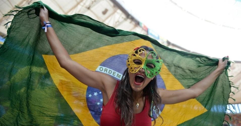 Torcedora chama atenção no Mané Garrincha, palco de Portugal x Gana (26.jun.2014)
